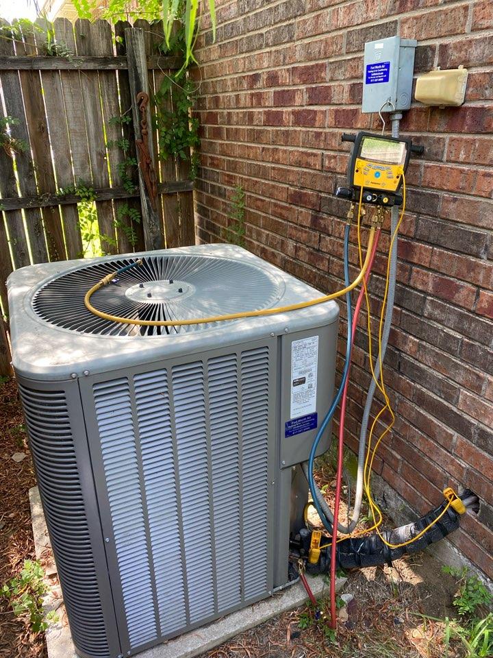 White Settlement, TX - AC repair White settlement Texas working on a LENNOX air conditioner