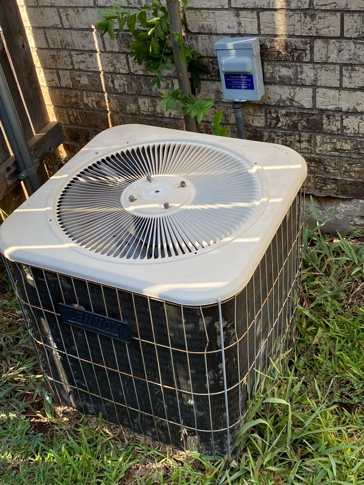 Fort Worth, TX - Emergency heating and air-conditioning contractor providing the services in the hallmark Camelot neighborhood of Fort Worth Texas today we were repairing a LENNOX condenser had to replace a contactor and clean condensing coil