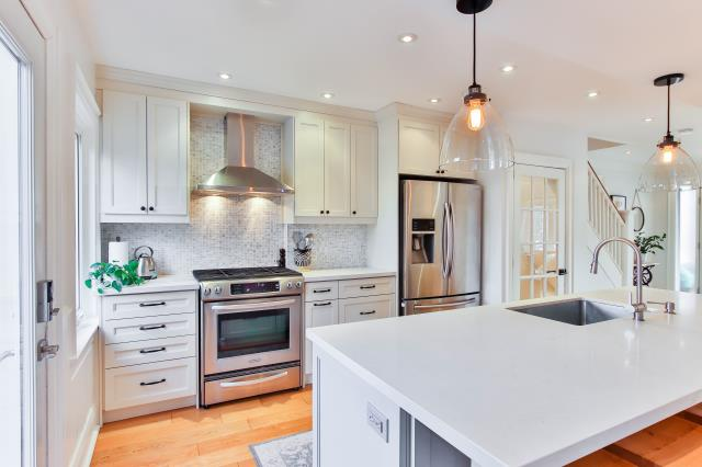 We at Alpha Closets are skilled and experienced, and can help you organize your kitchen space in the best way possible whether your kitchen is big or small.