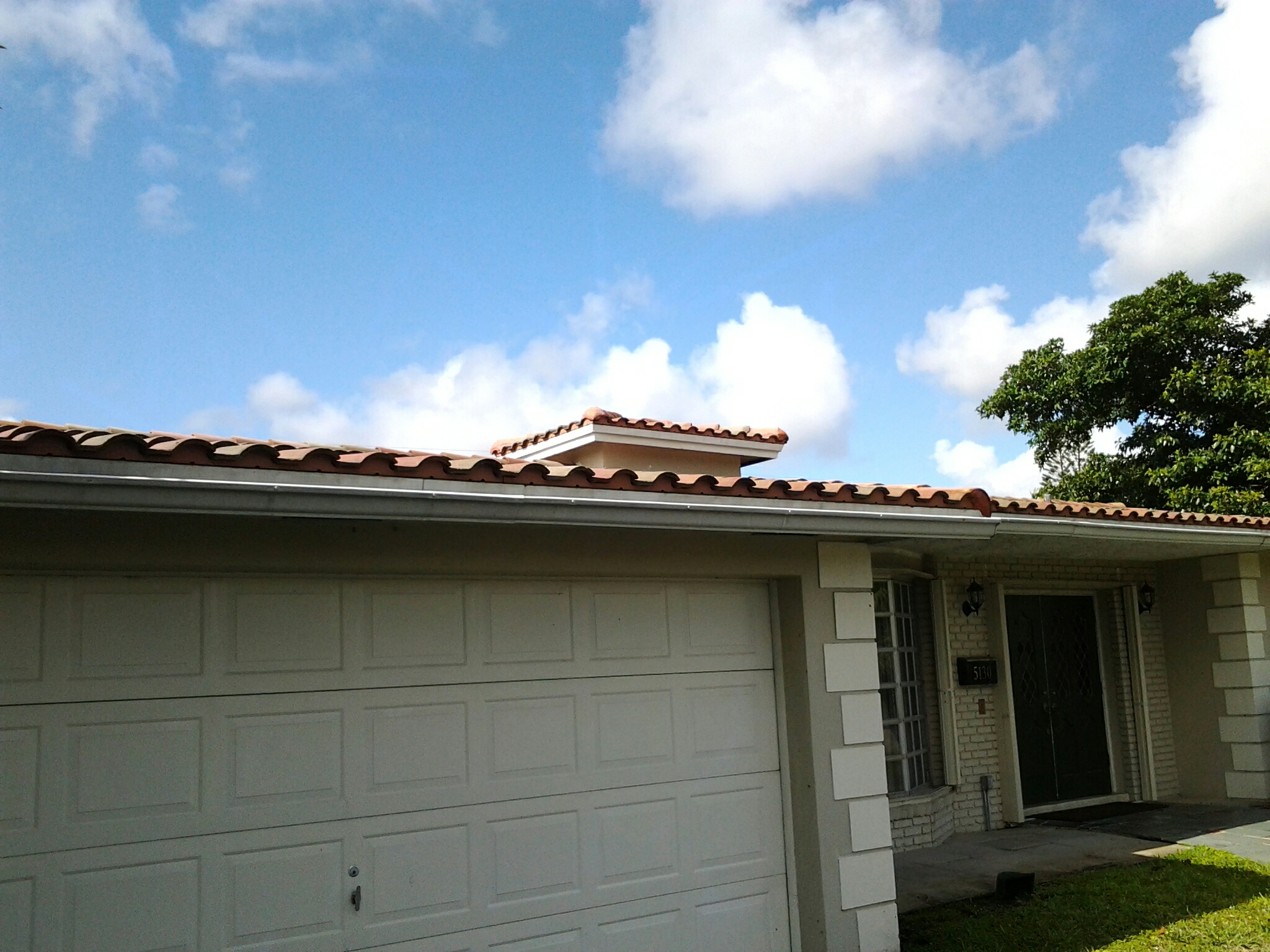 Hollywood, FL - Pressure clean and roofacide