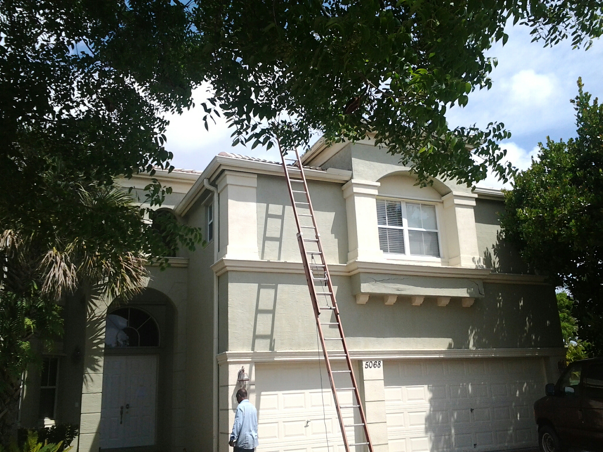 Pompano Beach, FL - Pressure clean and roofacide roof
