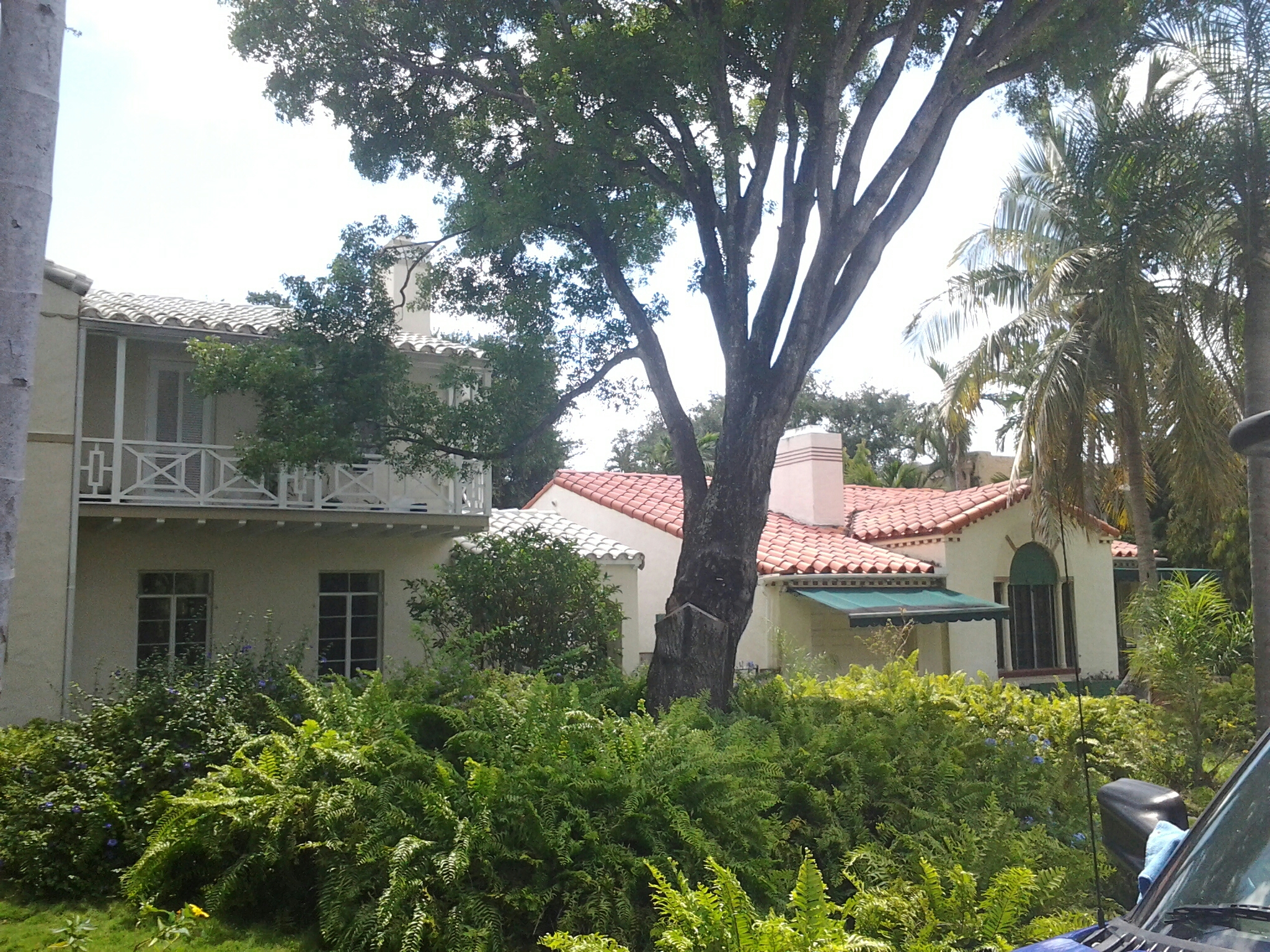 Miami, FL - Pressure clean and roofacide roof