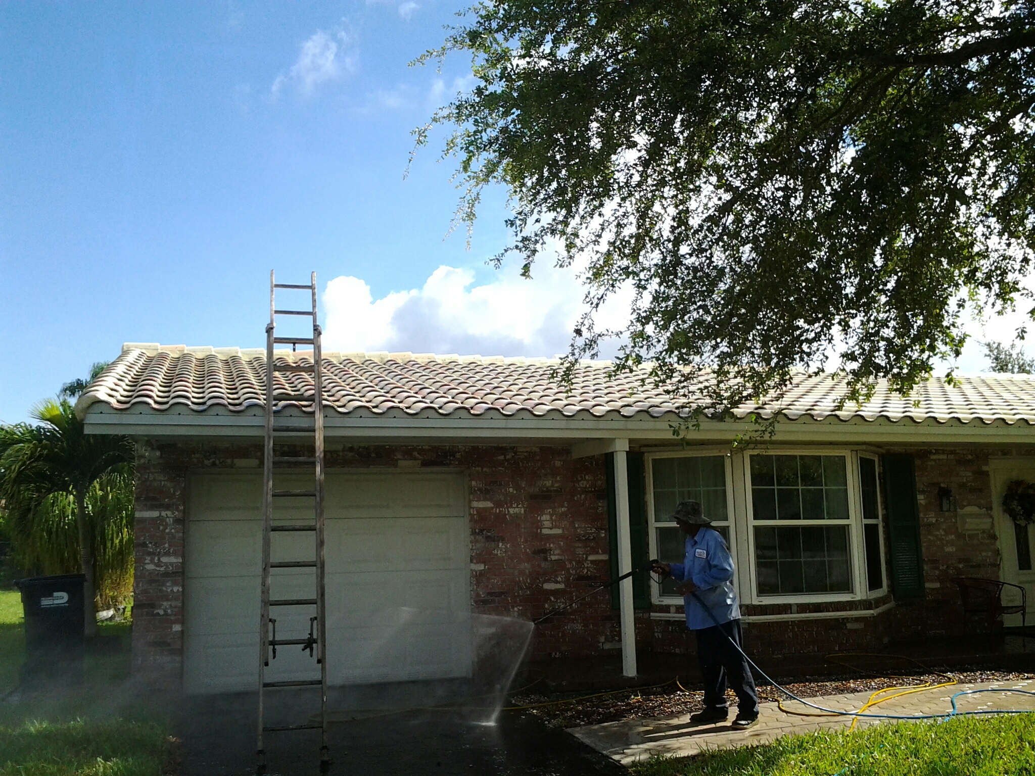Miami, FL - Clean edges and roofaccide roof