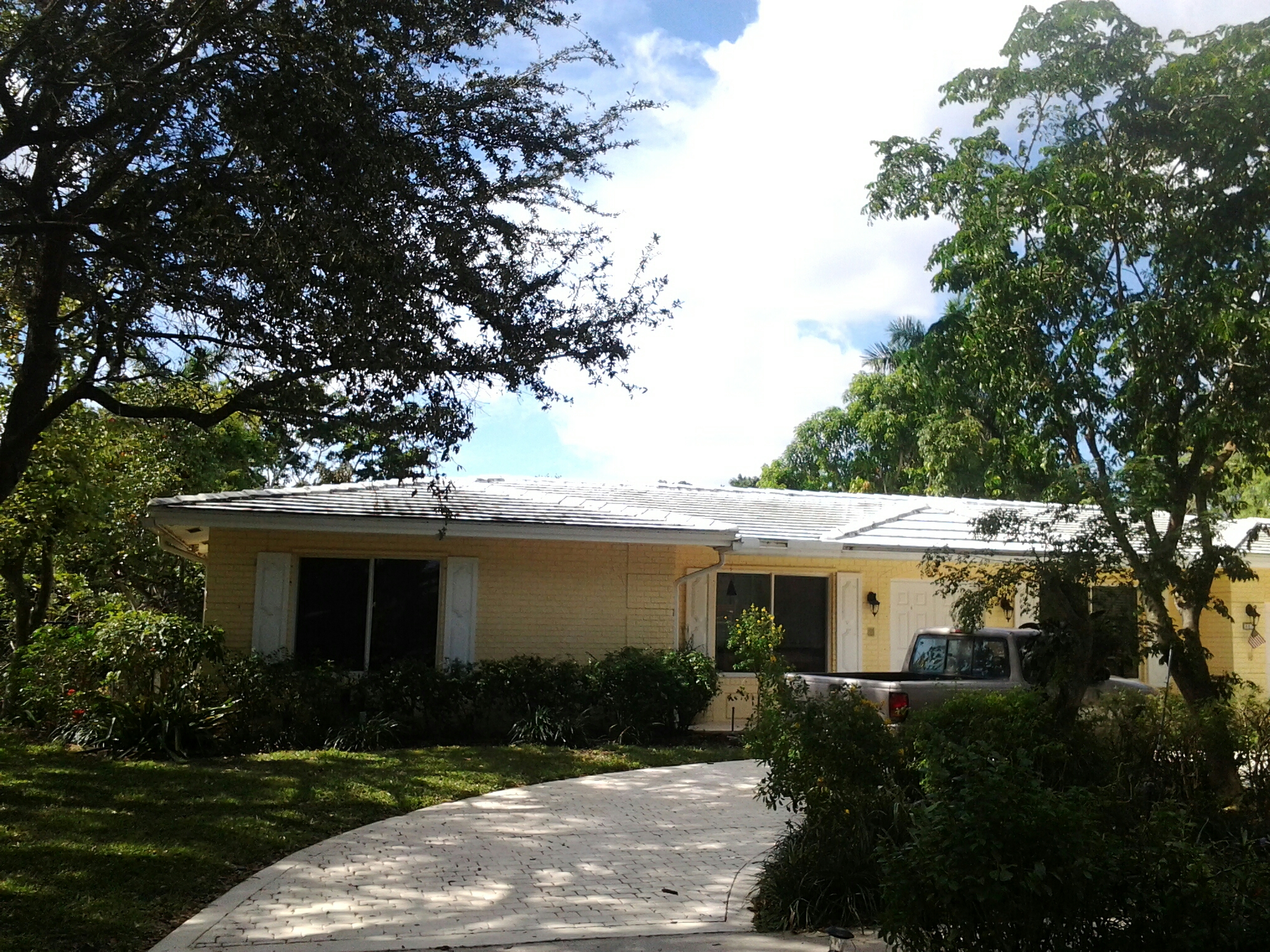 Biscayne Park, FL - Pressure clean and roof a cide in Plantation