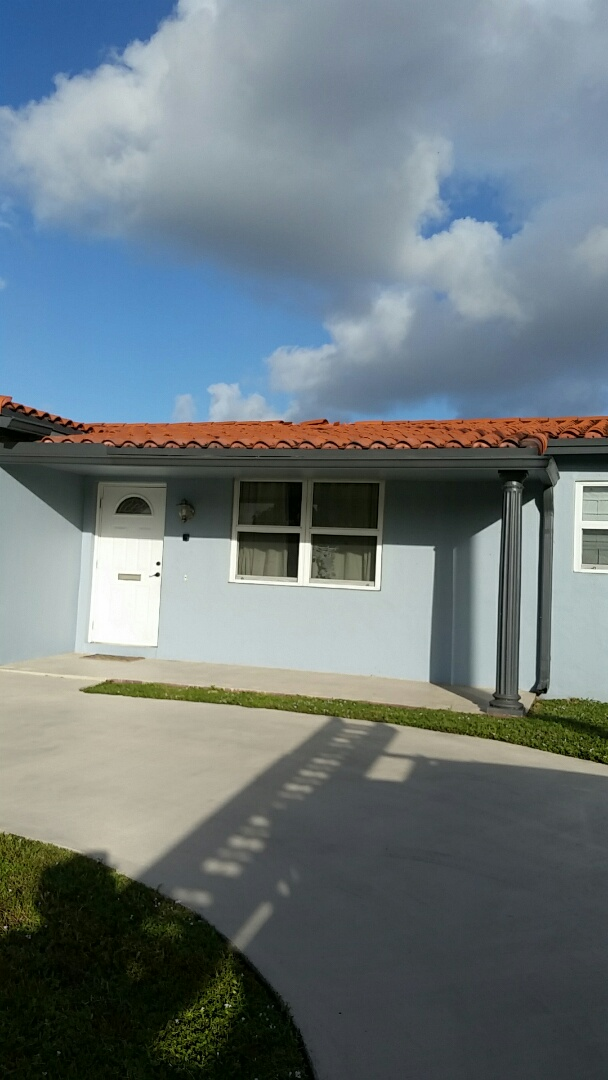 Hollywood, FL - Estimating a roof tile replacement in Hollywood