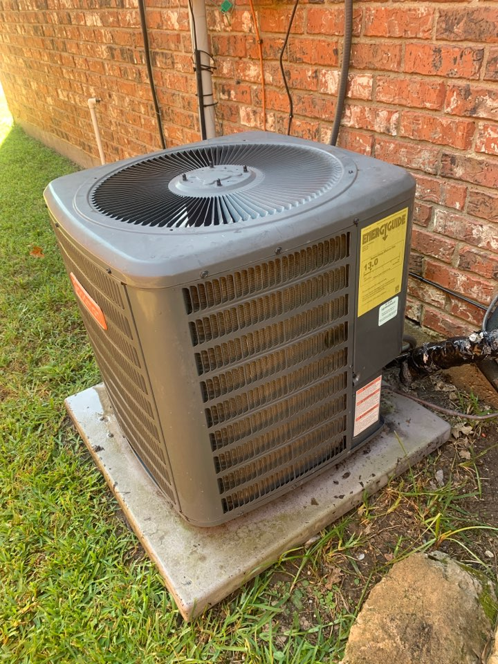 Allen, TX - Cleaning this goodman condenser and replacing the capacitor