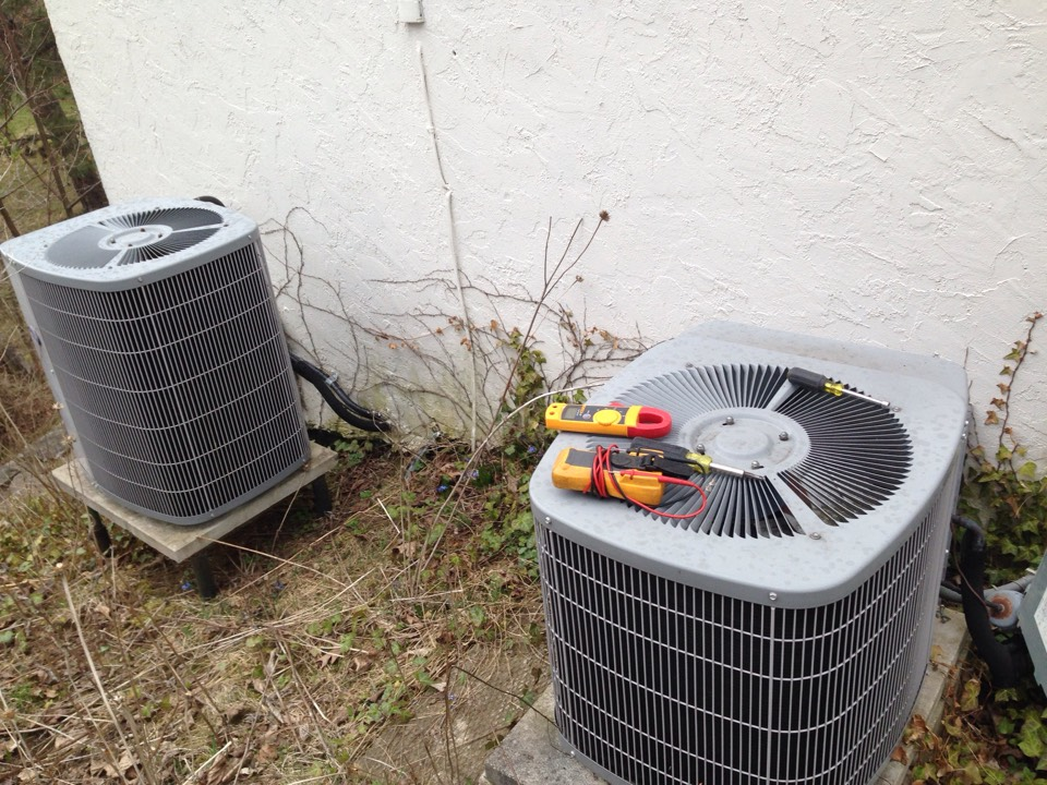Collingwood, ON - Air conditioning maintenance on carrier a/c