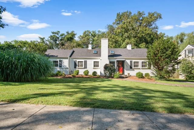 Louisville, KY - Adorable home with large backyard located near the Belknap neighborhood of Louisville.