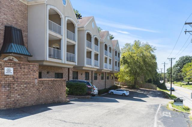 Louisville, KY - A cozy condominium in the heart of the Clifton Heights neighborhood.