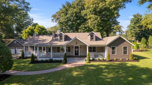 Louisville, KY - Lovely home located in the Windy Hills Subdivision inside the Watterson Expressway sitting on just under 2 acres of land.