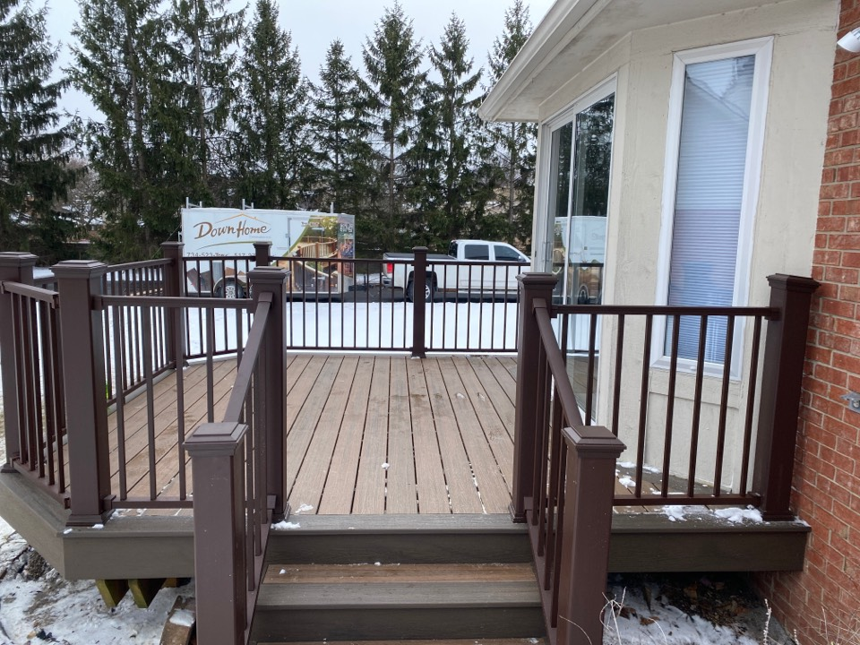 Livonia, MI - Another condo deck done! This is 3 out of 4 in this complex! Featuring Toasted Sand Decking and Costal Bluff border. Also featuring bronze signature rail systems.