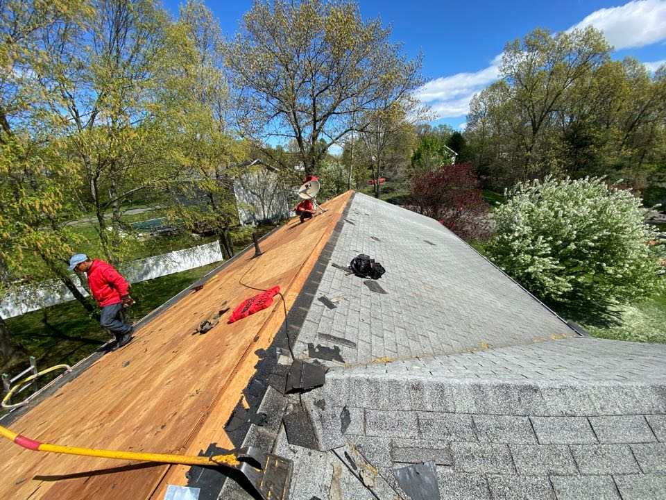 Windsor, CT -  New HDZ lifetime architecture roofing getting installed today