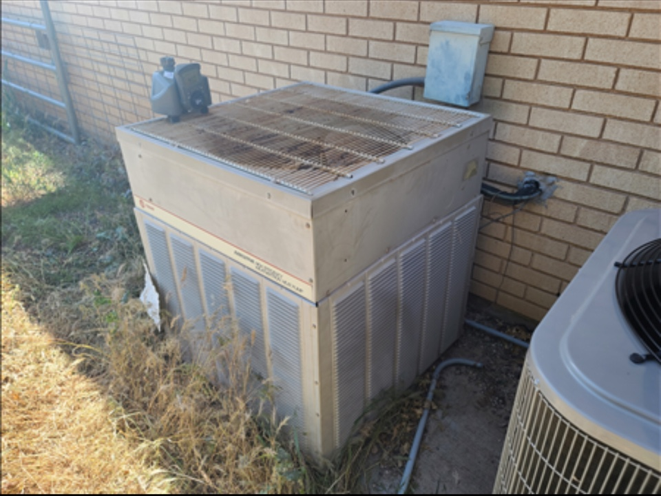 St. George, UT - 1986 Trane air conditioning not cooling. Diagnosed leaking R-22 refrigerant.
