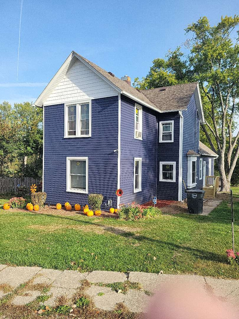 Wilmot, WI - New CertainTeed siding Pella windows GAF roofing completed with free estimate.