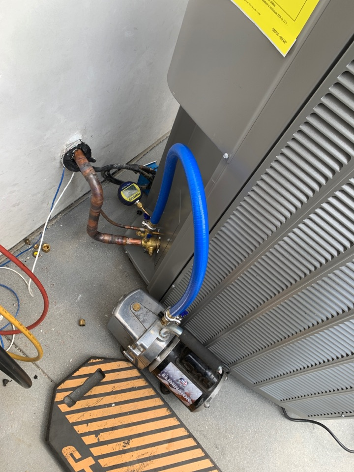 Glendale, CA - Doing a vacuum on a High efficiency Lennox Condenser.  Using the one hose method and BluVac Pro micron gauge.  Great weather at Glendale