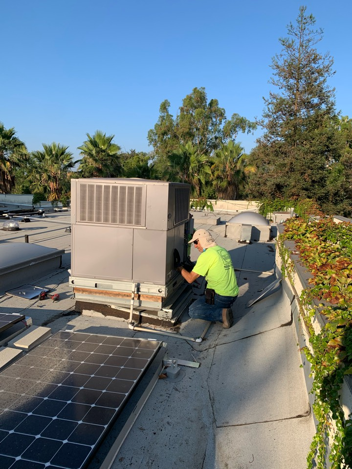 Pasadena, CA - New Lennox 3 ton package unit being changed out here in Pasadena