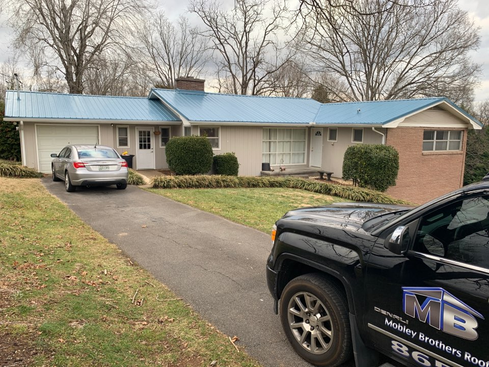 Loudon, TN - Installed a new metal roof in Loudon Tennessee. There are quite a lot of metal roof colors to choose from. Mobley Brothers does both commercial roofing and residential roofing.