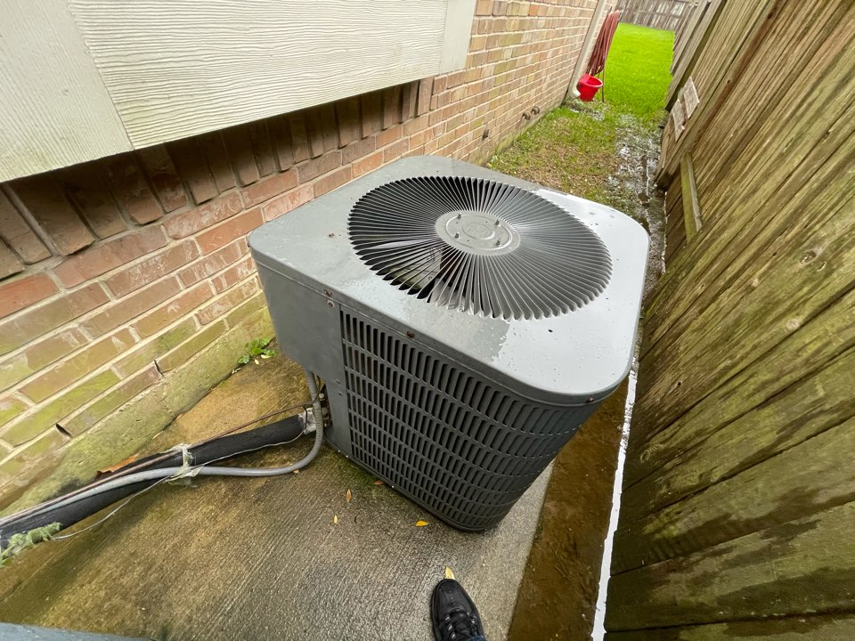 Baytown, TX - Ac quote. Gave an ac quote to replace a Goodman condensing unit.