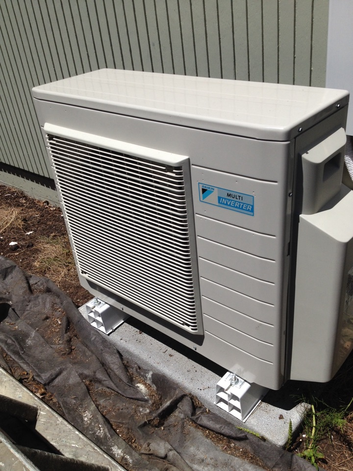 Blodgett, OR - Service call in a Daikin ductless heat pump. Frog on PCB