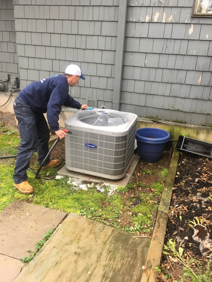 Middletown, CT - Servicing a Carrier a/c system
