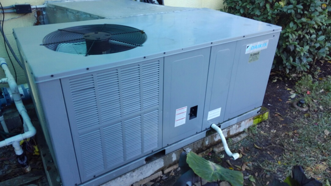 Bradenton, FL - Daikin 3.5 ton air conditioner evaporater coil cleaning and blower fan pull and clean.