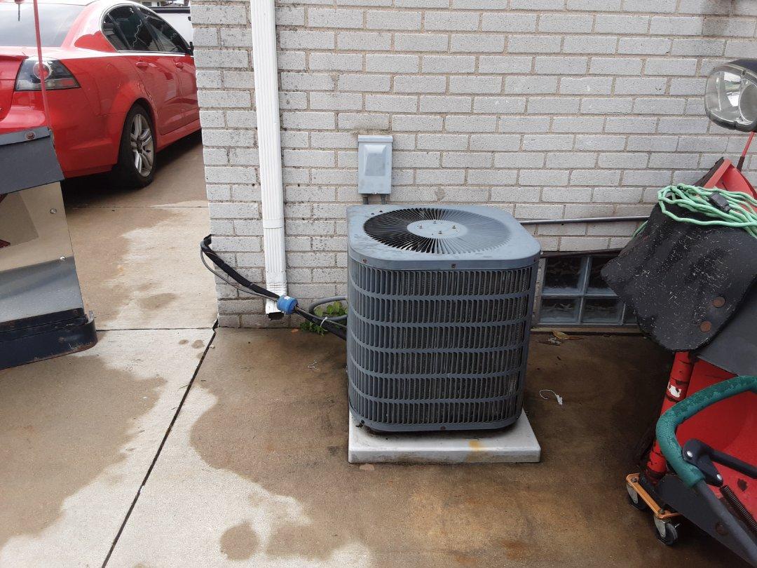 Detroit, MI - Air conditioner repair. Low refrigerant charge.