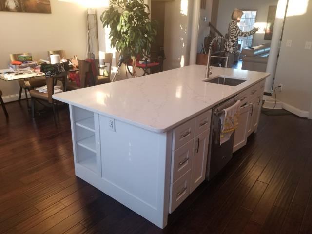 Elkridge, MD - Pleasant White Shaker Cabinets/ Quartz Calacatta Siena for Island