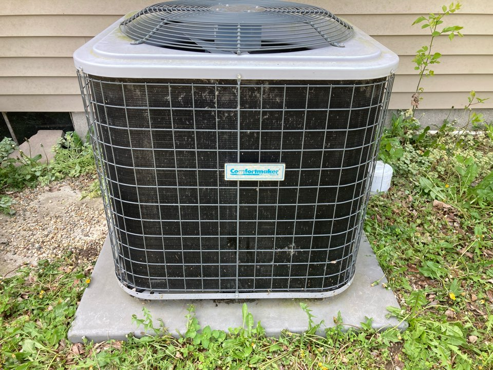 Herrin, IL - Performing maintenance on a comfort maker air conditioner in Herrin.