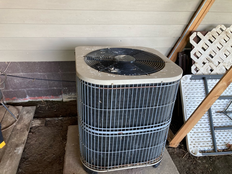 Du Quoin, IL - Working on a Lennox air conditioner in Duquoin.