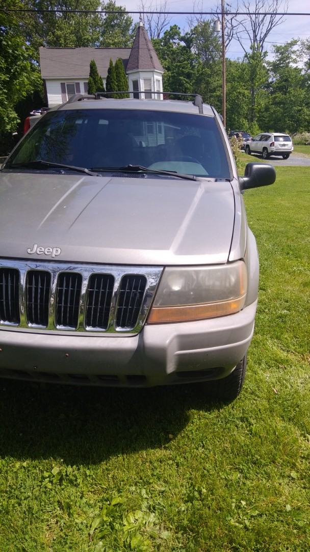 Slatington, PA - Replaced windshield on a Jeep Grand Cherokee for a customer at her home