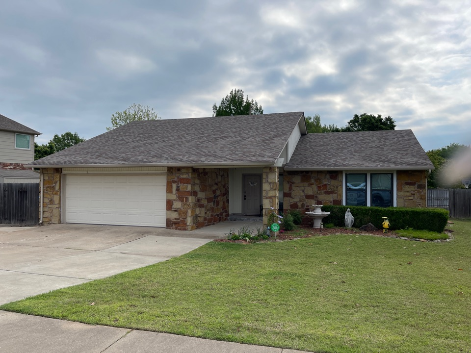 Broken Arrow, OK - Siding and paint estimate in Broken Arrow. Call Brian and Tina with Arrowhead for a free estimate today at 918-743-9257