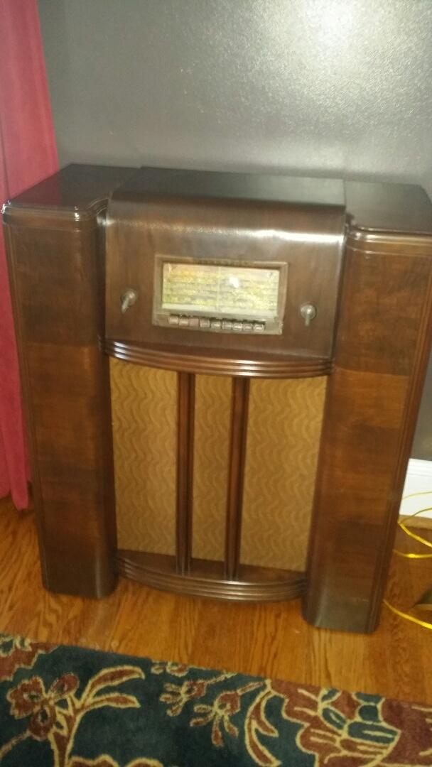 Holly Springs, NC - Refinished and repaired Silver Tone radio.  Back to its former glory.