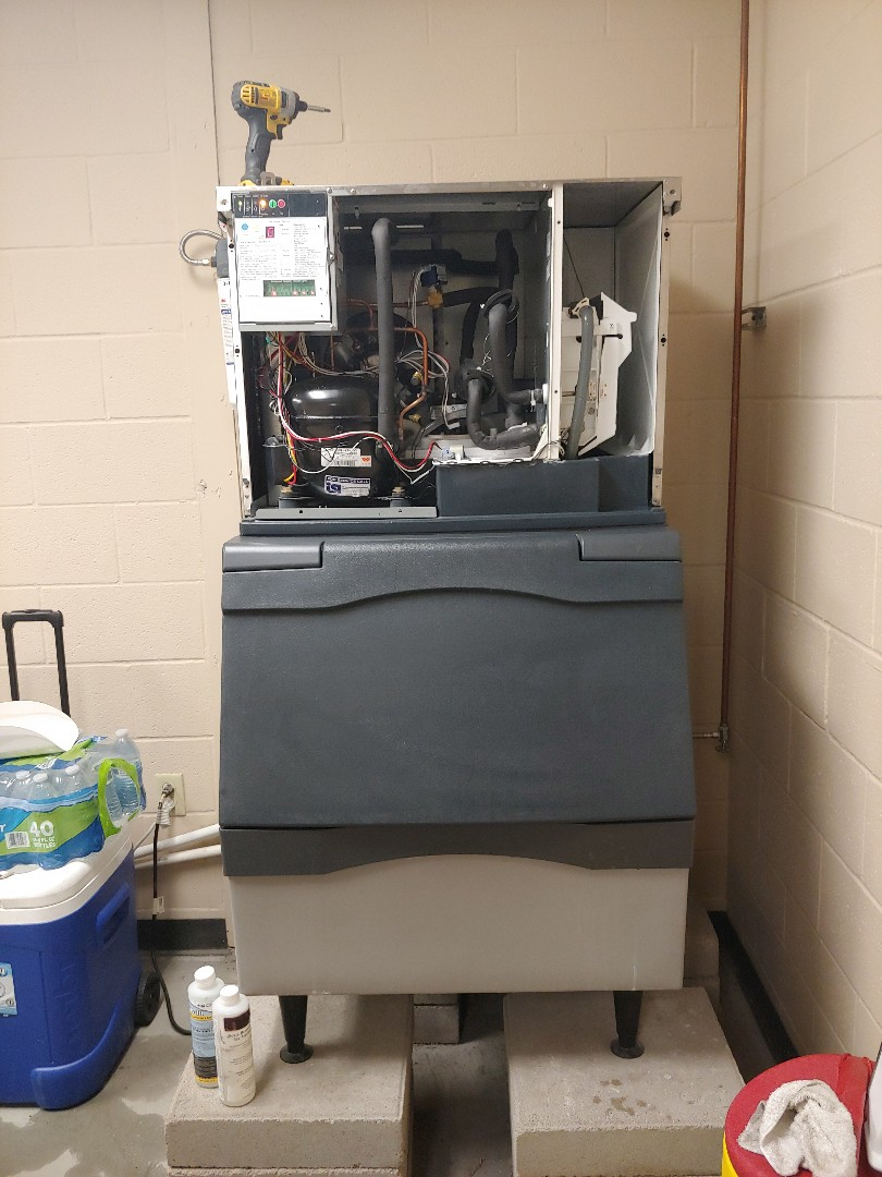 Pearland, TX - Cleaning ice machine and replacing water filter cartridge for Scotsman Icemachine .
