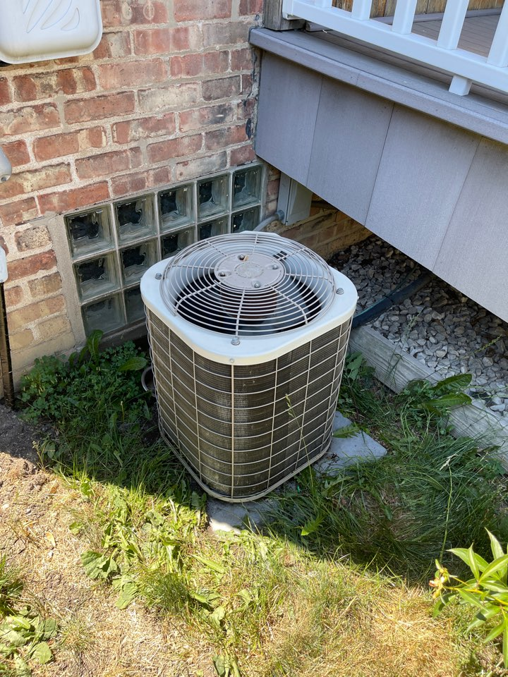 Elmwood Park, IL - Ac service and repair. Ac low on refrigerant and bad capacitor.