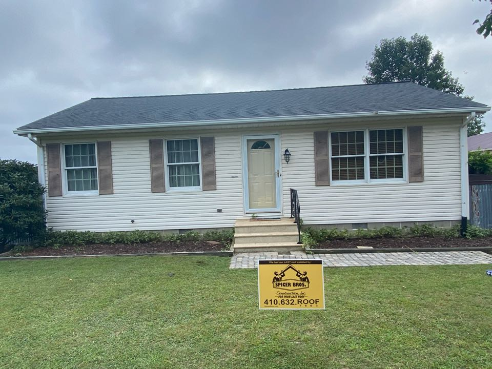 Parsonsburg, MD - We just finished replacing this house with brand new Timberline HDZ shingles charcoal in color and installed a brand new ridge vent using GAF snow country.