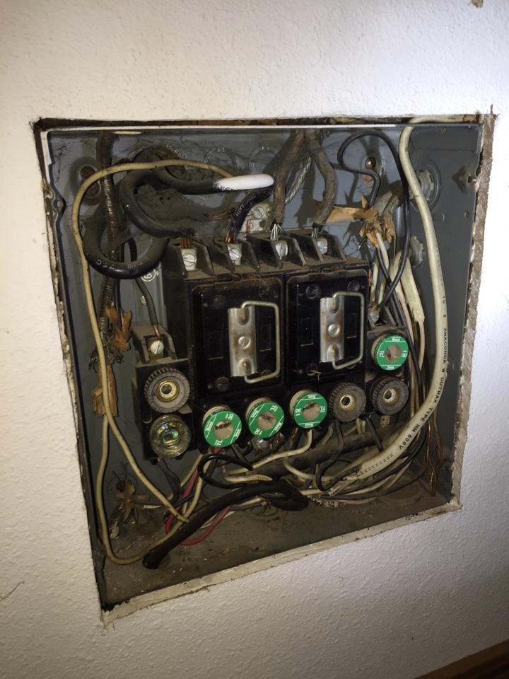 West Frankfort, IL - Electrician needed to changeout 60 amp federal pacific electric fuse panel to 200 amp breaker panel.