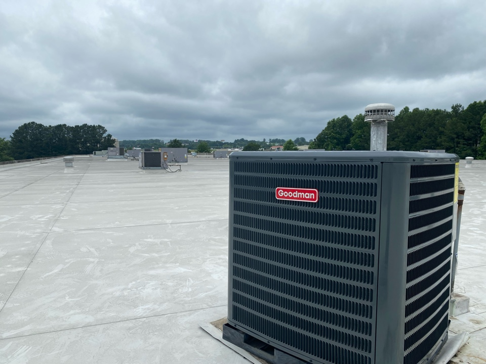 Kennesaw, GA - Ac condensing unit installation rooftop. Airport.