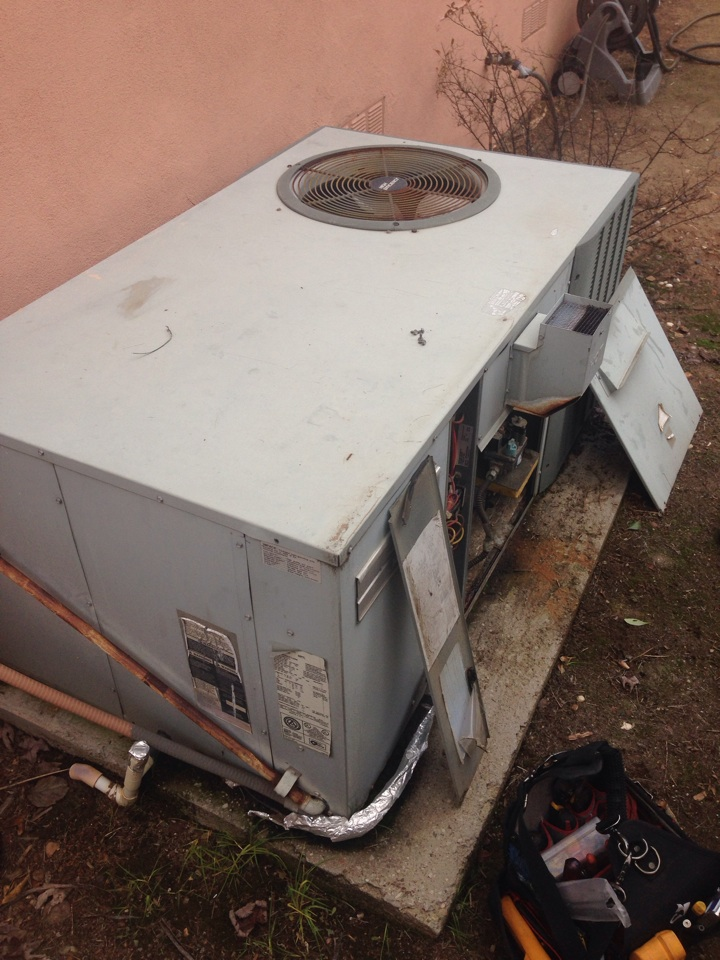 Folsom, CA - Hvac package Trane unit on ground. Diagnostic no heat. Bad circuit board and motor.