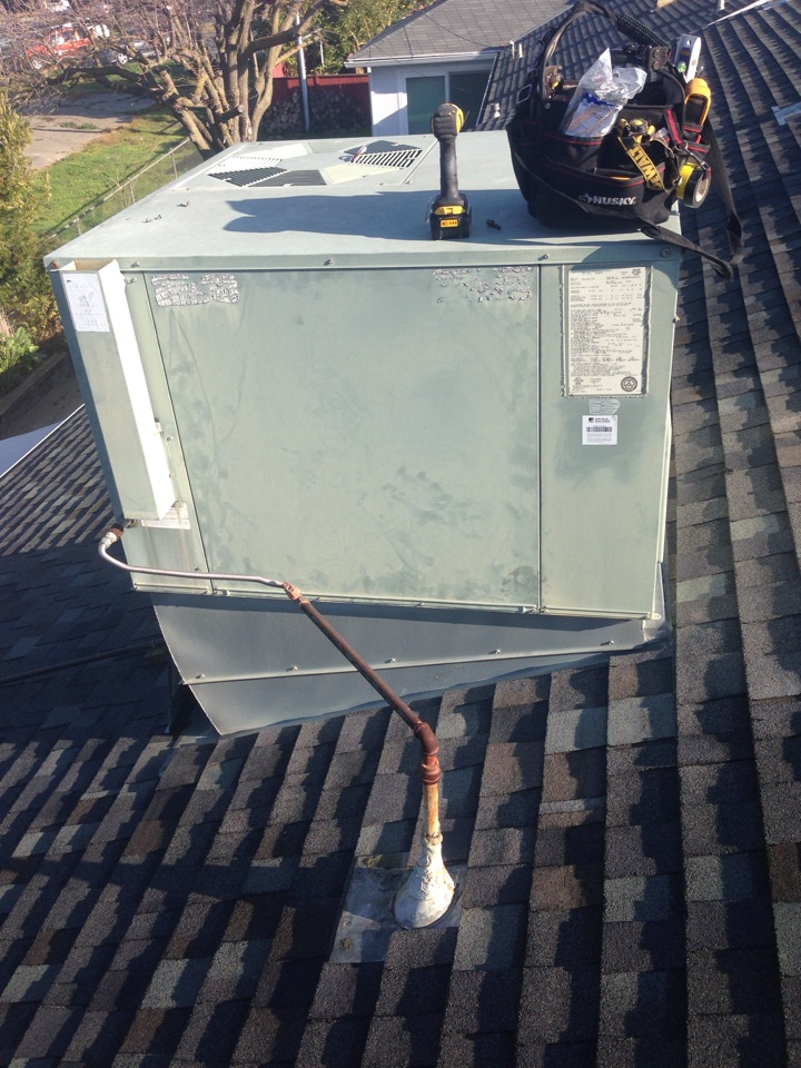 West Sacramento, CA - Maintenance on Rheem package unit on roof