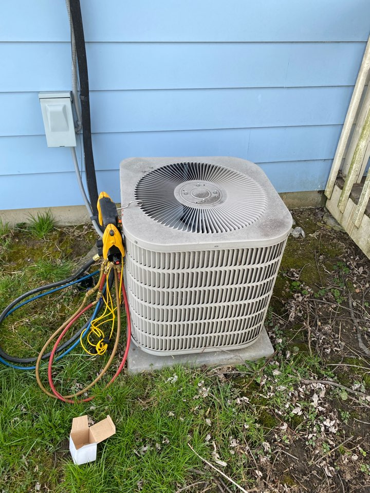 Johnstown, OH - Air conditioner maintenance on a Goodman ac the n Johnstown Ohio