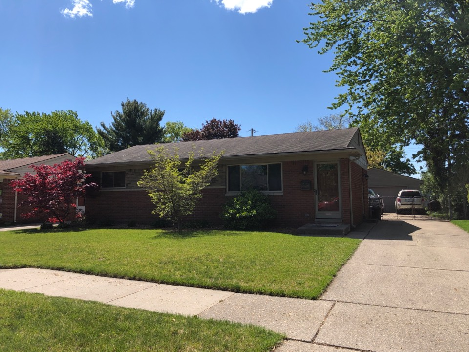 Plymouth, MI - Kearns Brothers Inc. providing estimate for Certainteed vinyl siding and GAF lifetime HDZ roofing system.
