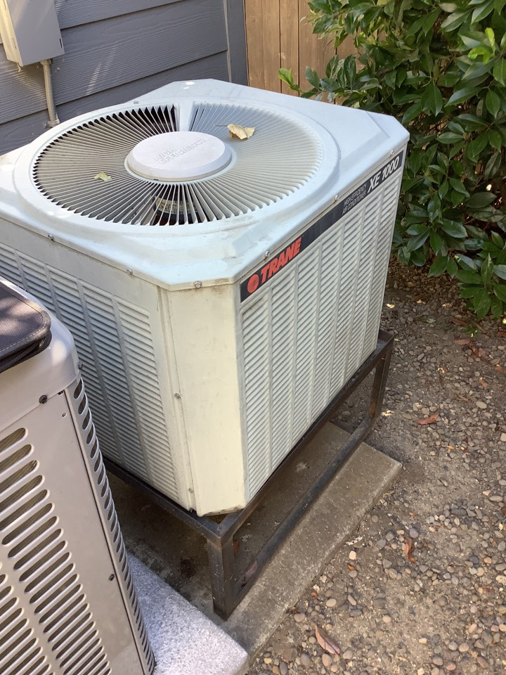 Central Point, OR - Giving an estimate for replacement air conditioning system. Existing system is about 16 years old an unfortunately it was under sized for the layout of the home.
