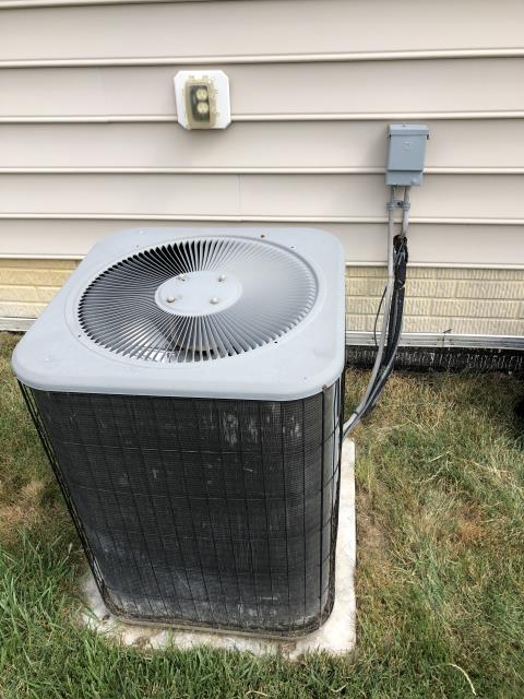 Pataskala, OH - Found faulty condenser fan motor and blade on Lennox AC. Also the high voltage electro-magnetic contactor needs replaced.