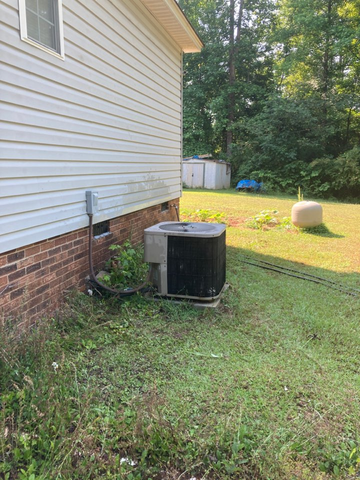Gray Court, SC - Performing service call on Goodman air to air heat pump unit