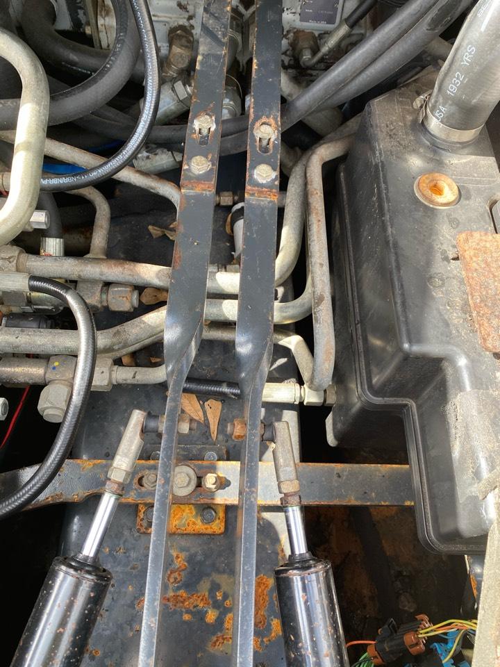 Hydraulic hose repair on bobcat T250