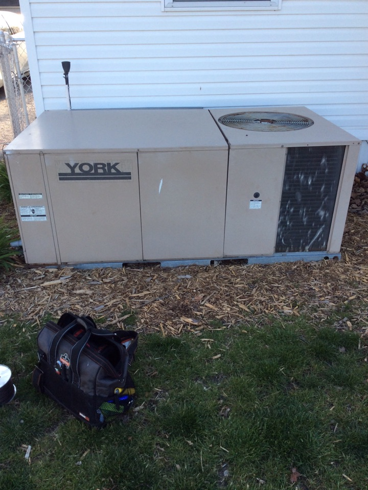 South Roxana, IL - Heating and cooling service call. Performing a deluxe clean and check on a package unit for a valued club member.