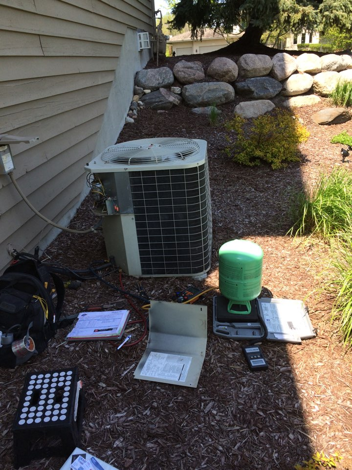 Orono, MN - Charging r22 refrigerant to air conditioner on spring maintenance tune up