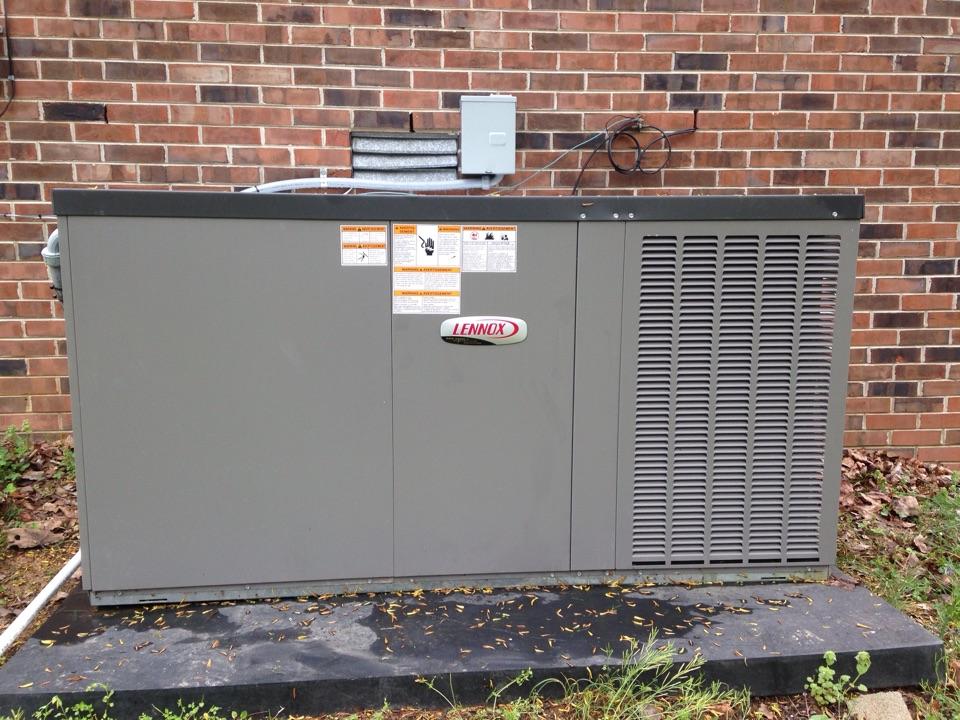 Lawrenceburg, TN - Lennox package heat pump.
