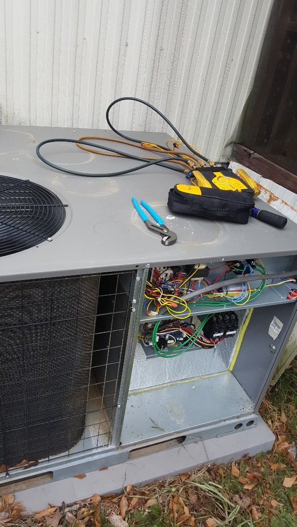 Starting a maintenance on a Lennox package unit
