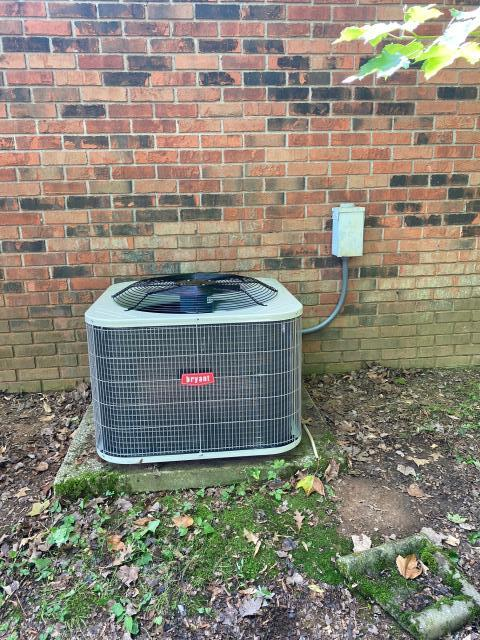 Bowling Green, KY - New 14.00 SEER air conditioner by Bryant replacing an old Amana Air Conditioner.  Better efficiency, better air conditioning in Bowling Green, KY.  Near Indian Hills, Bowling Green, KY.